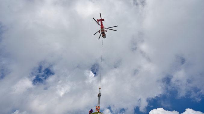 Montage des neuen Granit-Gipfelkreuz auf der Seekarlspitze. // Foto: Achensee Tourismus / Michael Meisl