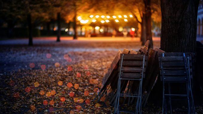 Bis nachts draußen (oder drinnen) gemütlich sitzen und essen - das ist in den nächsten Wochen beschränkt in Tirol. // Foto: jplenio auf pixabay.com