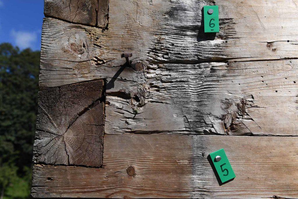 Ein Puzzle mit zig tausend Stücken: penible Beschriftung hilft beim Wiederaufbau. // Foto: Grießenböck