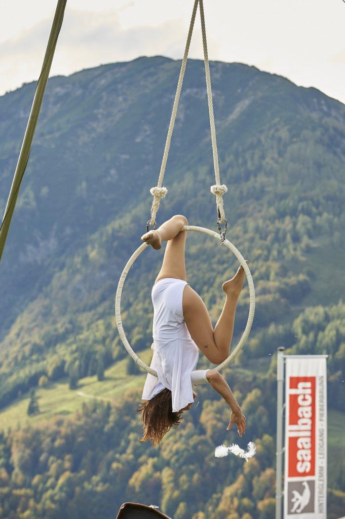 Turnkunst in der Höhe am Ring zeigte Tänzerin Lisa Moon. // Foto: fieberbrunn.com