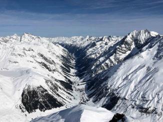 Blick vom Mittagskogel auf das verschneite Pitztal. // Foto: Michael Kobek