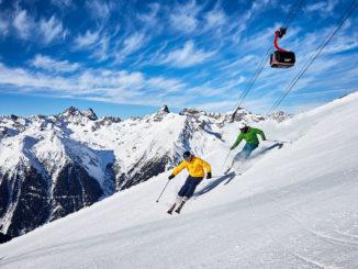 Skifahrer im Skigebiet Paznaun-Ischgl vor herrlischster Kulisse. // Foto: TVB Paznaun-Ischgl